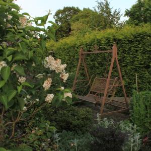 En av många sittplatser i vår trädgård